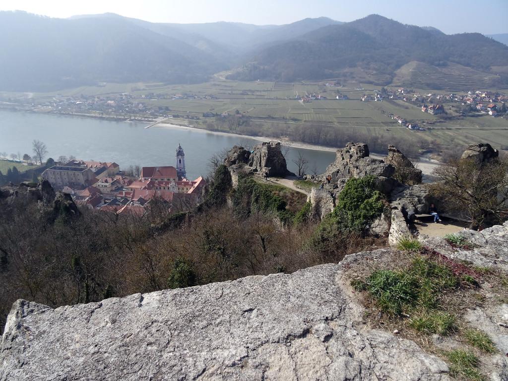 Blick von der Burgruine Dürnstein auf Dürnstein und die Donau