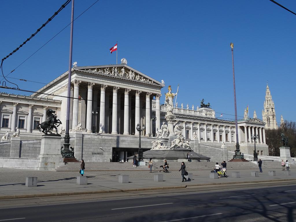 Das Parlament, im Hintergrund links das Rathaus