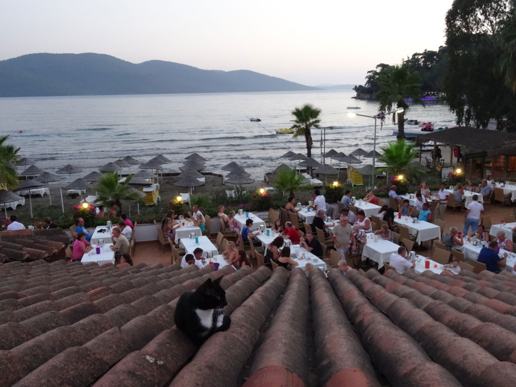 Blick vom A-la-carte-Restauran über das Hauptrestaurant auf den Strand