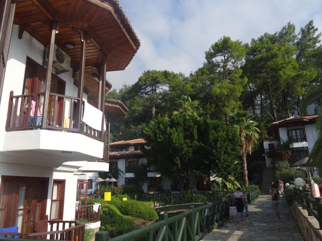 Hotel Yücelen - Der kleine See und der Bach werden von einer Quelle auf dem Hotelgelände gespeist