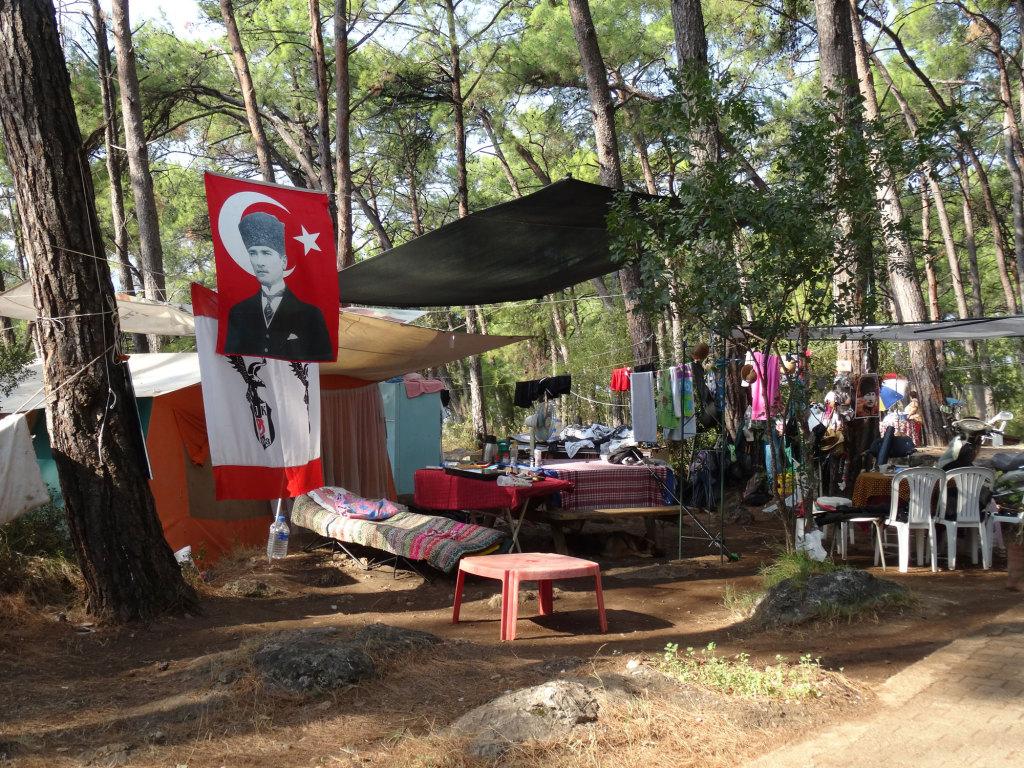 Ein türkischer Campingplatz - Man wohnt mit allem, was man halt so braucht