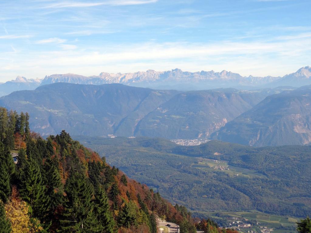 Blick vom Mendelpass - links zu sehen sind Langkofel, Plattkofer und Schlern