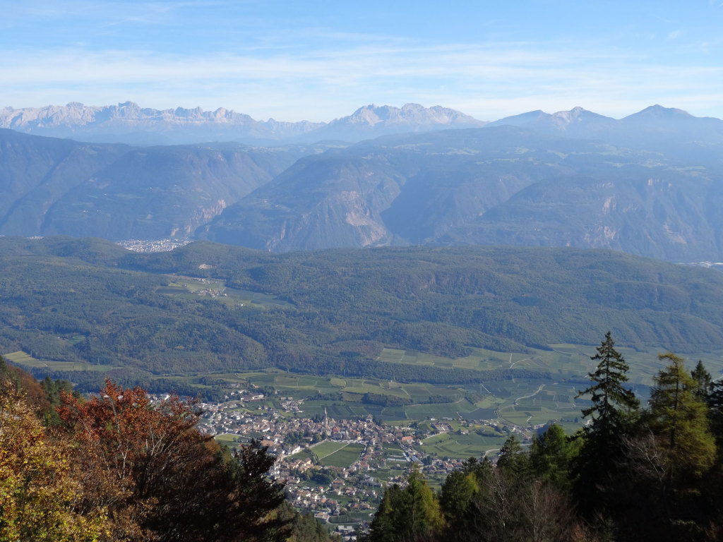 Blick vom Mendelpass auf Kaltern und die Dolomiten