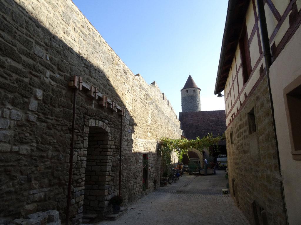 Iphofen - Im Hof des Weinguts Fröhlich, gleich neben der Stadtmauer