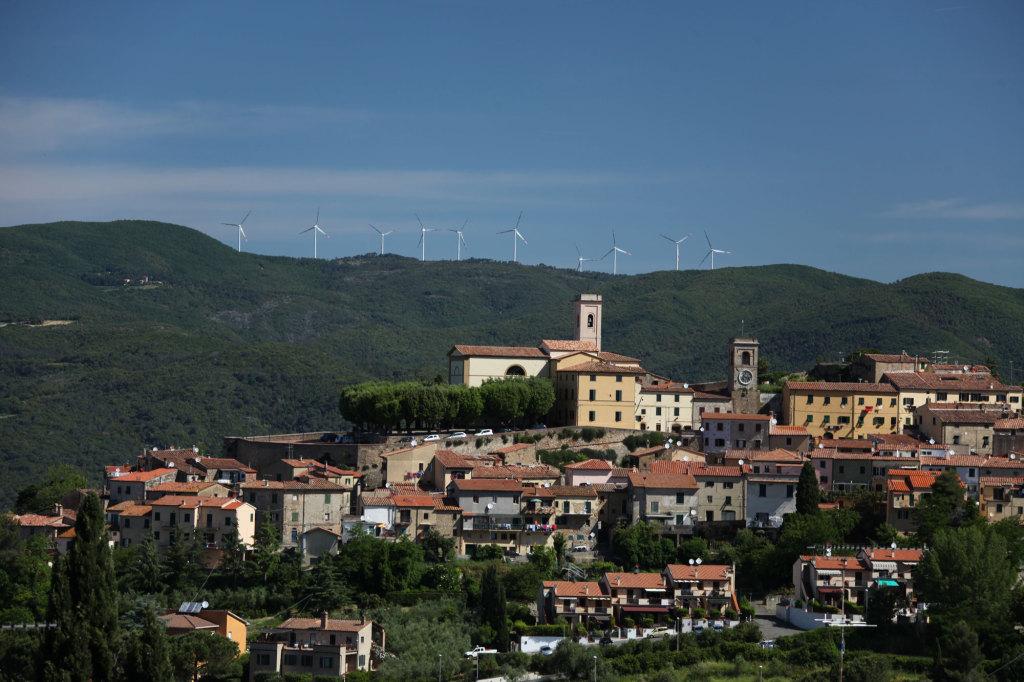 Blick auf Montescudaio - über die Windräder am Horizont kann man ja nun geteilter Meinung sein