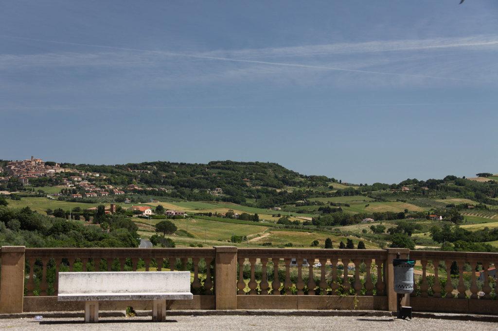 Blick von Bibbona auf Montescudaio