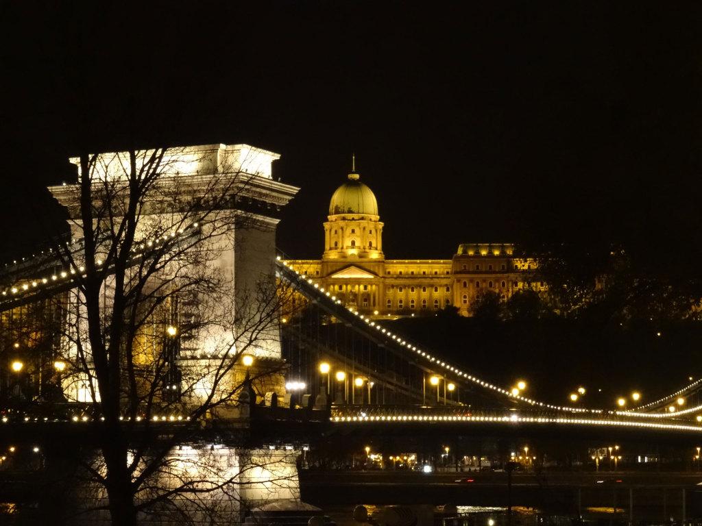 Kettenbrücke und Burgpalast auf dem Burgberg