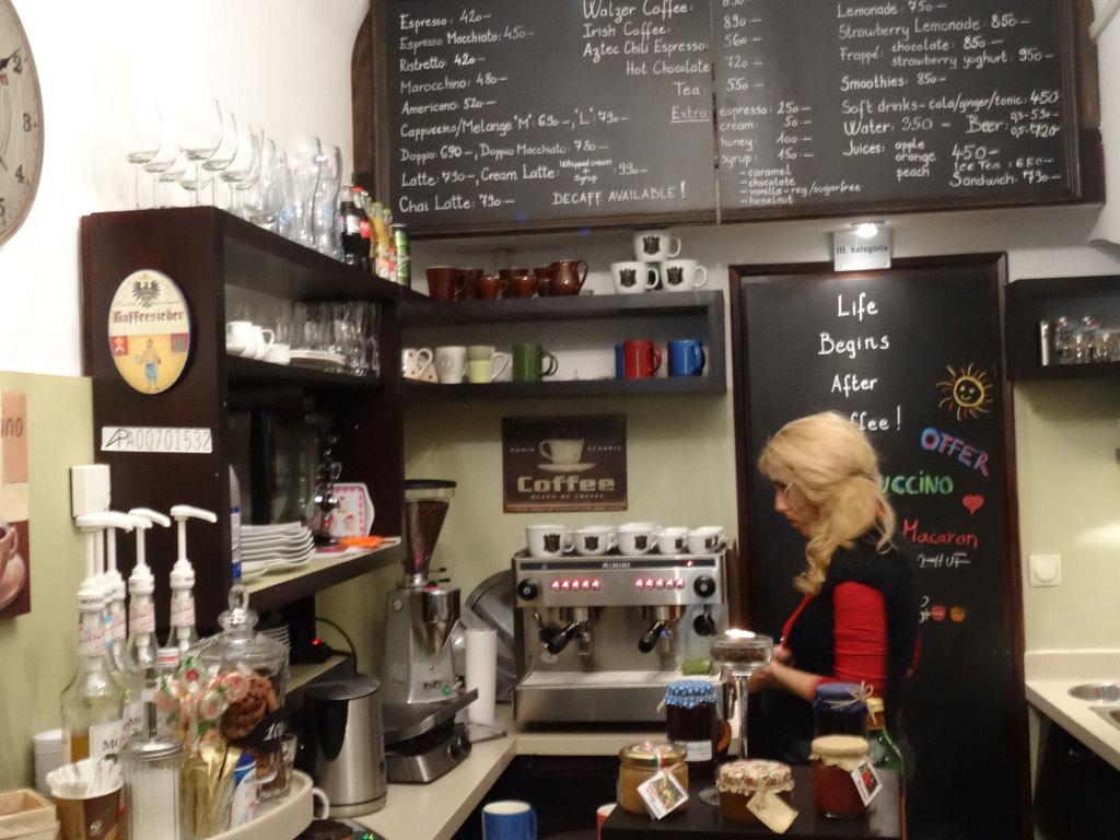 Die liebenswürdige Chefin des süßen Walzer-Cafés