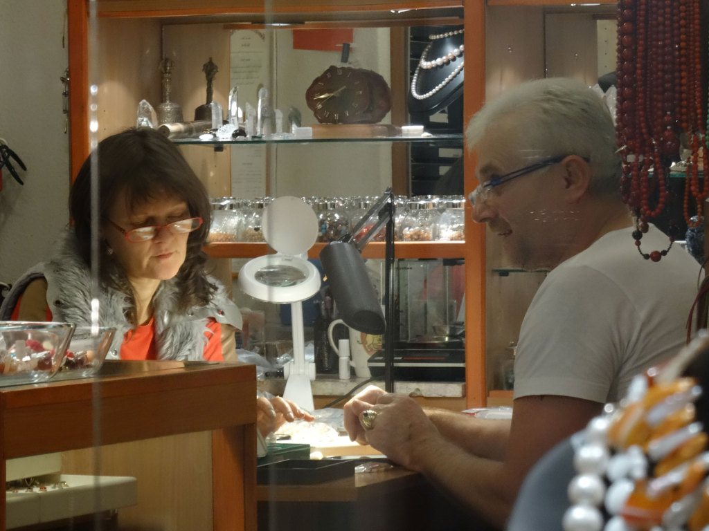 Juwelier in einem Hinterhof - nicht reich, aber glücklich bei der Arbeit