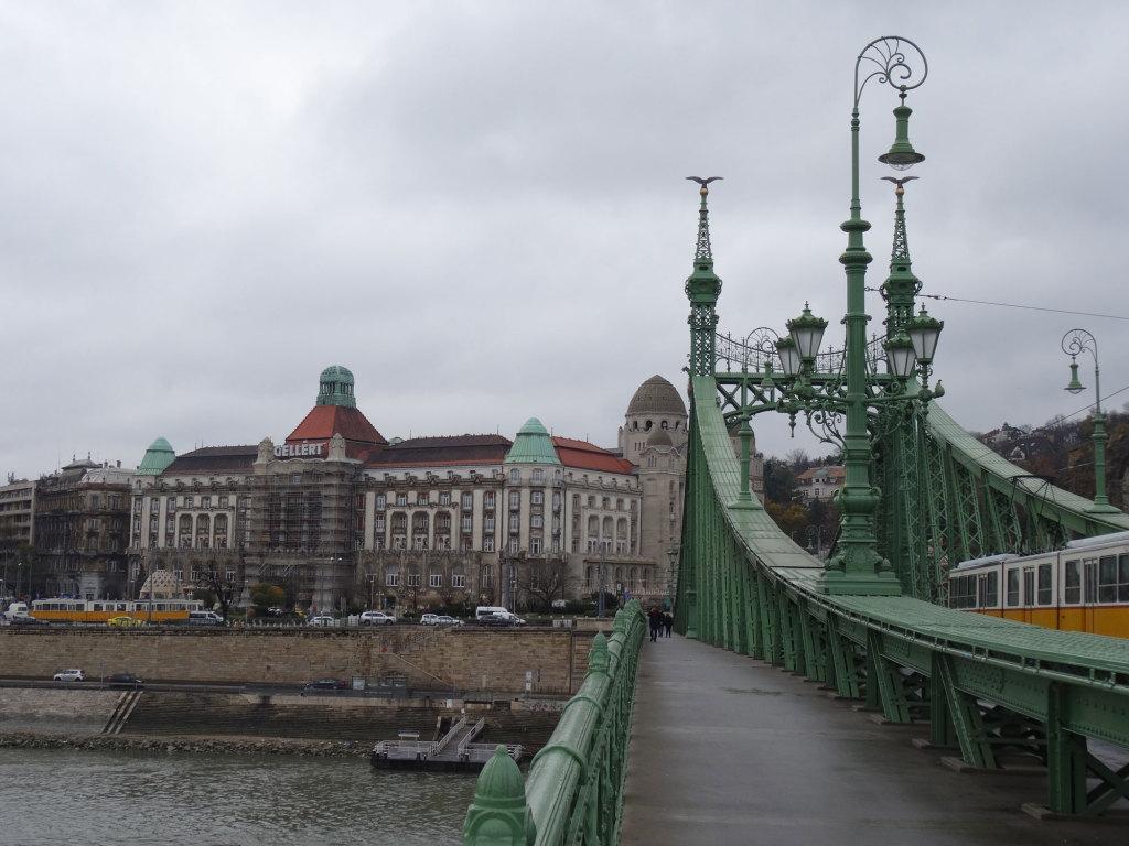 Blick von der Freiheitsbrücke auf das Hotel Gellért