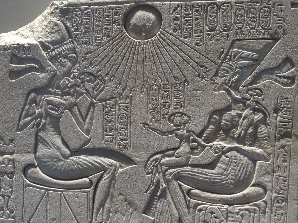 Neues Museum - Hausaltar: Echnaton, Nofretete und drei ihrer Töchter unter dem Strahlen-Aton