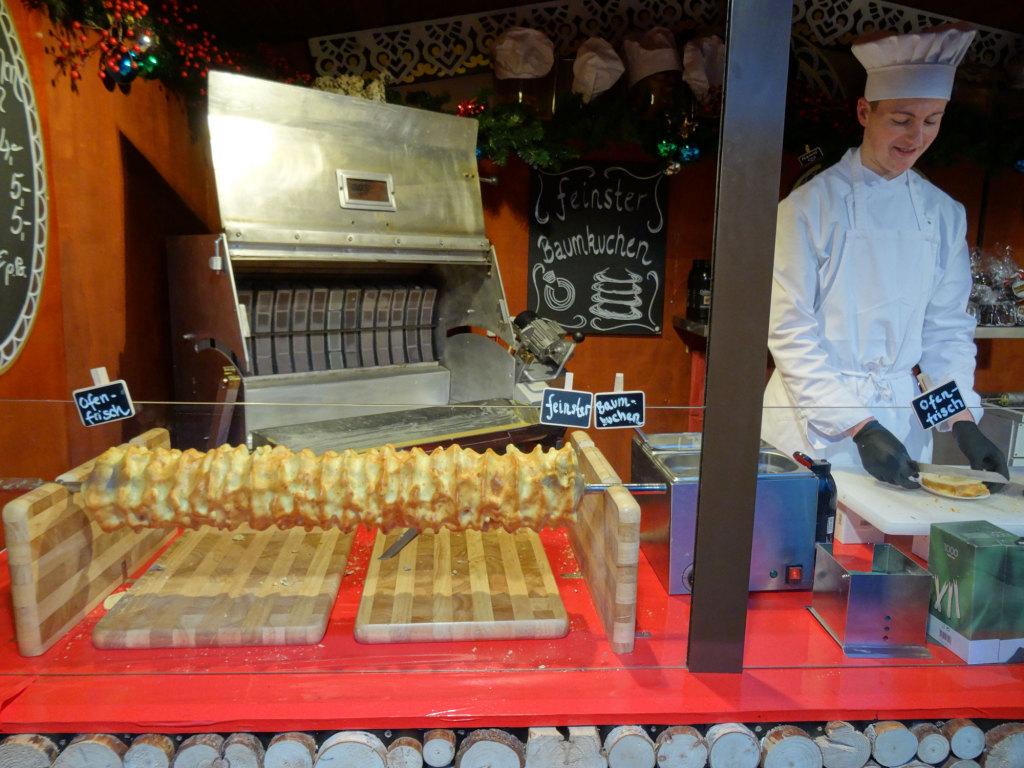 Am Gendarmenmarkt - Baumkuchenproduktion auf dem Weihnachtsmarkt