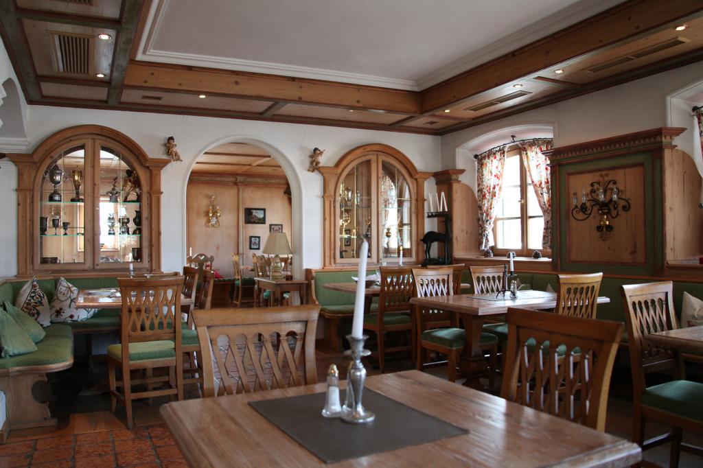 Restaurant der Villa Mittermaier - man beachten die Pokale der Gold-Rosi