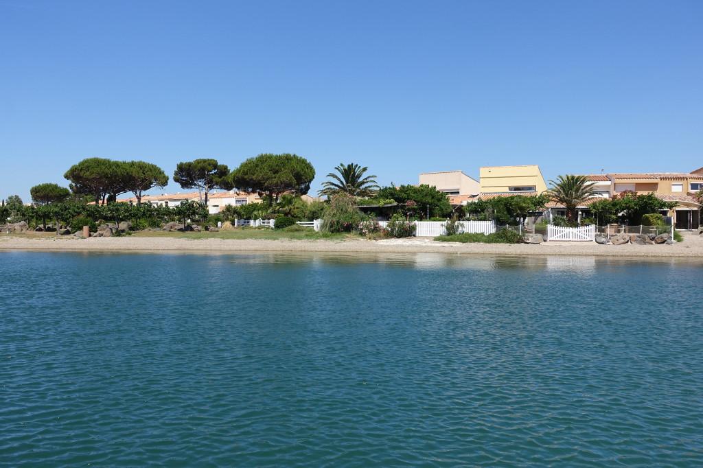 Ferienhäuschen auf einer der Inseln im Hafenbecken von Cap d' Agde