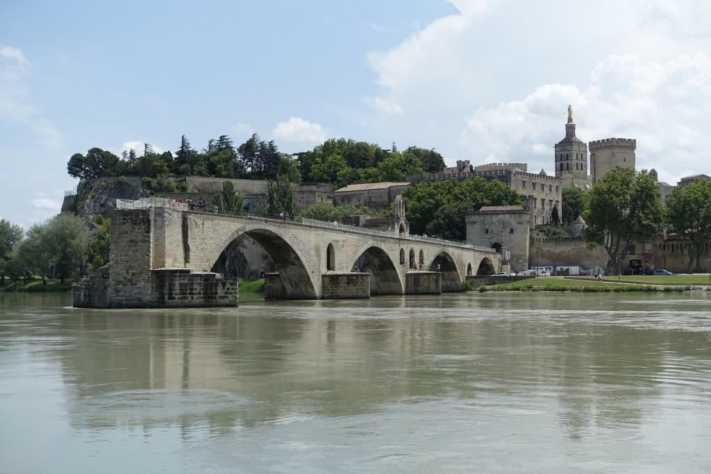 Blick von der Ile de la Barthelasse auf Pont St. Bénézet und einen Teil des Papstpalasts