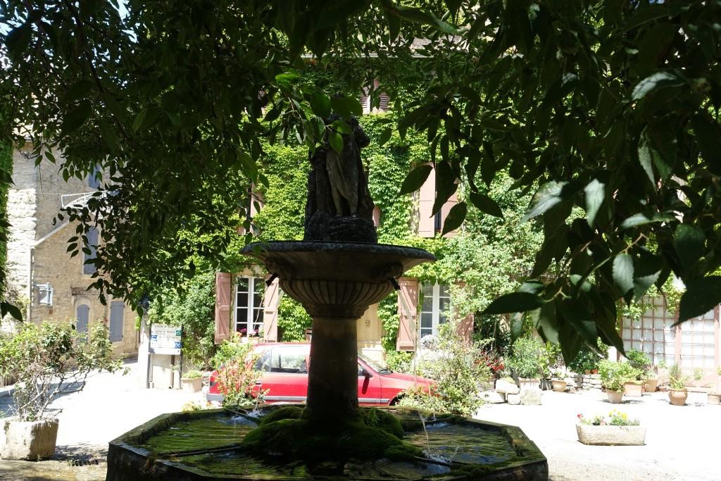 Saignon - um den Brunnen standen früher die Tische des Restaurants