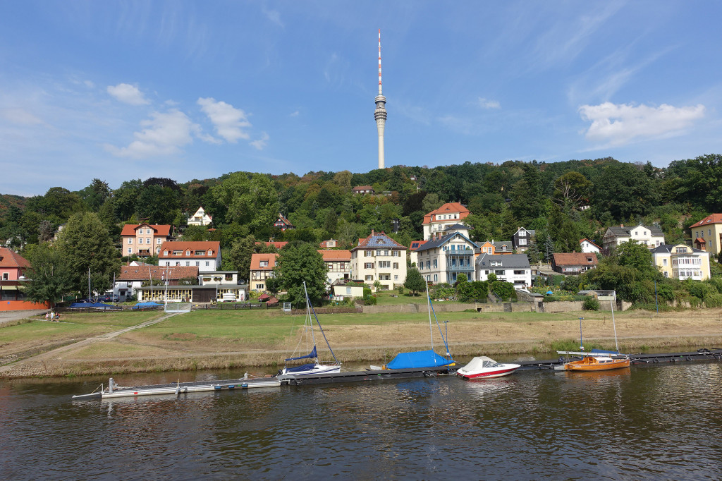 Fahrt auf der Elbe - der Dresdner Fernsehturm (250 Meter hoch)