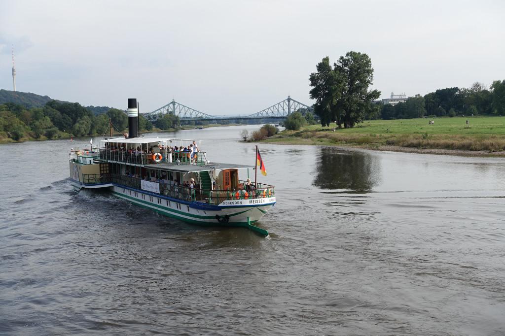 Fahrt auf der Elbe - der Schaufelraddampfer Meissen vor dem Blauen Wunder