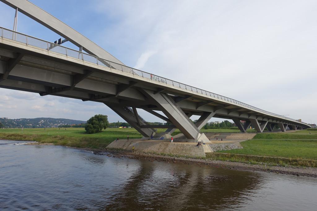 Fahrt auf der Elbe - die berühmt-berüchtigte Waldschlösschen-Brücke