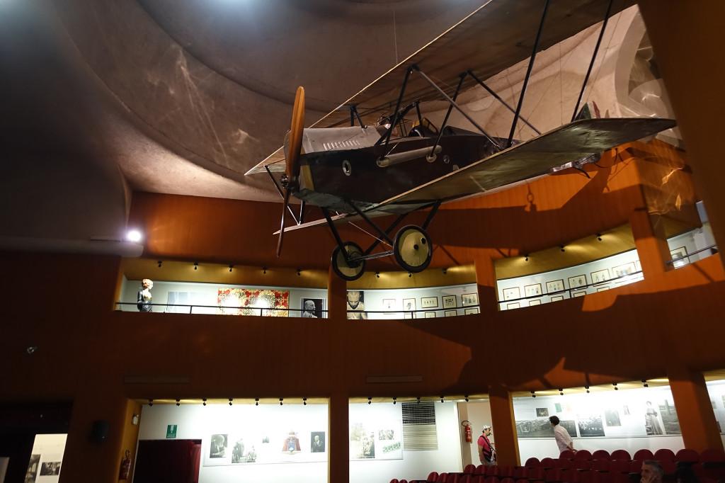 Im Kriegsmuseum - aus dem Flugzeug warf d' Annunzio im 1. Weltkrieg Flugblätter auf Wien