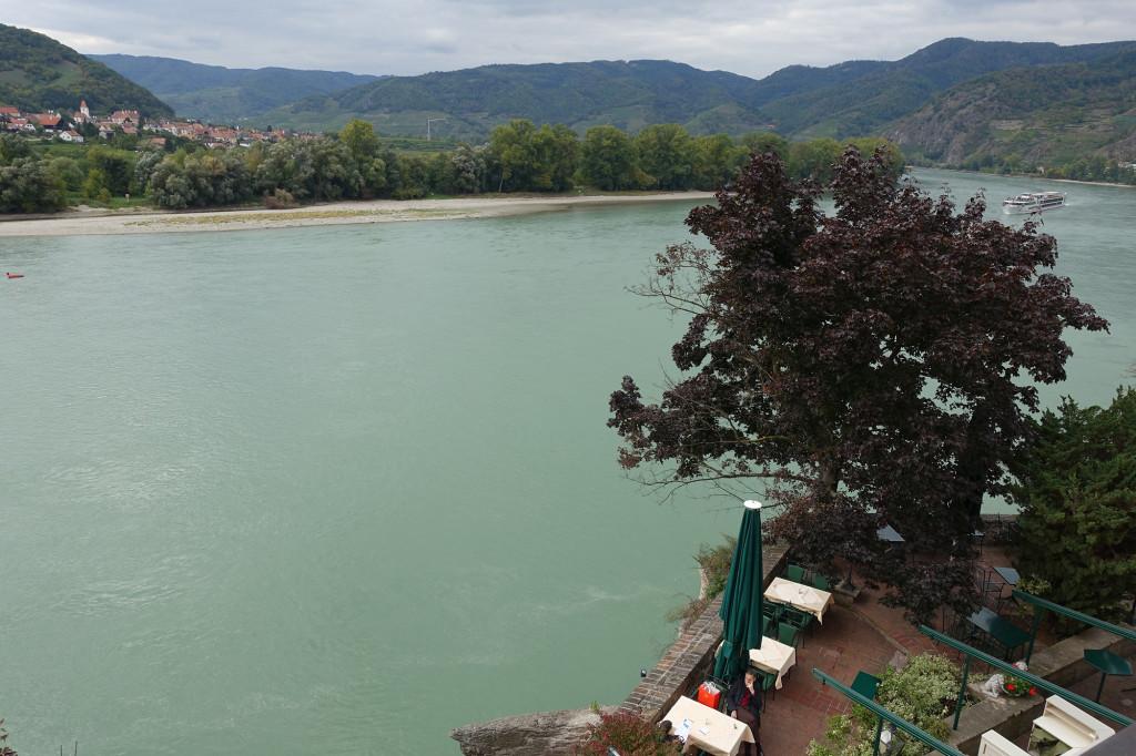Blick über die Hotel-Terrasse auf die Donau