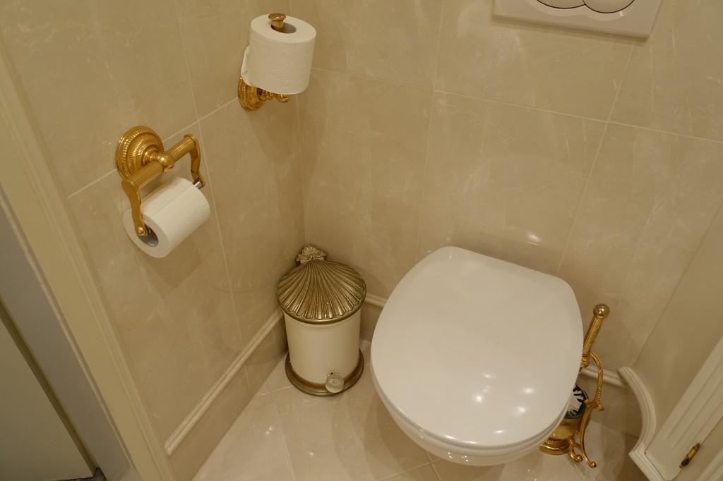 Hotel Schloss Dürnstein - unsere Toilette; man beachte das Abfalleimerchen :-)