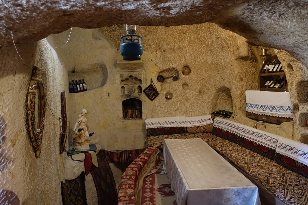 Zimmer einer in den Tuff gehauenen Behausung in Ortahisar