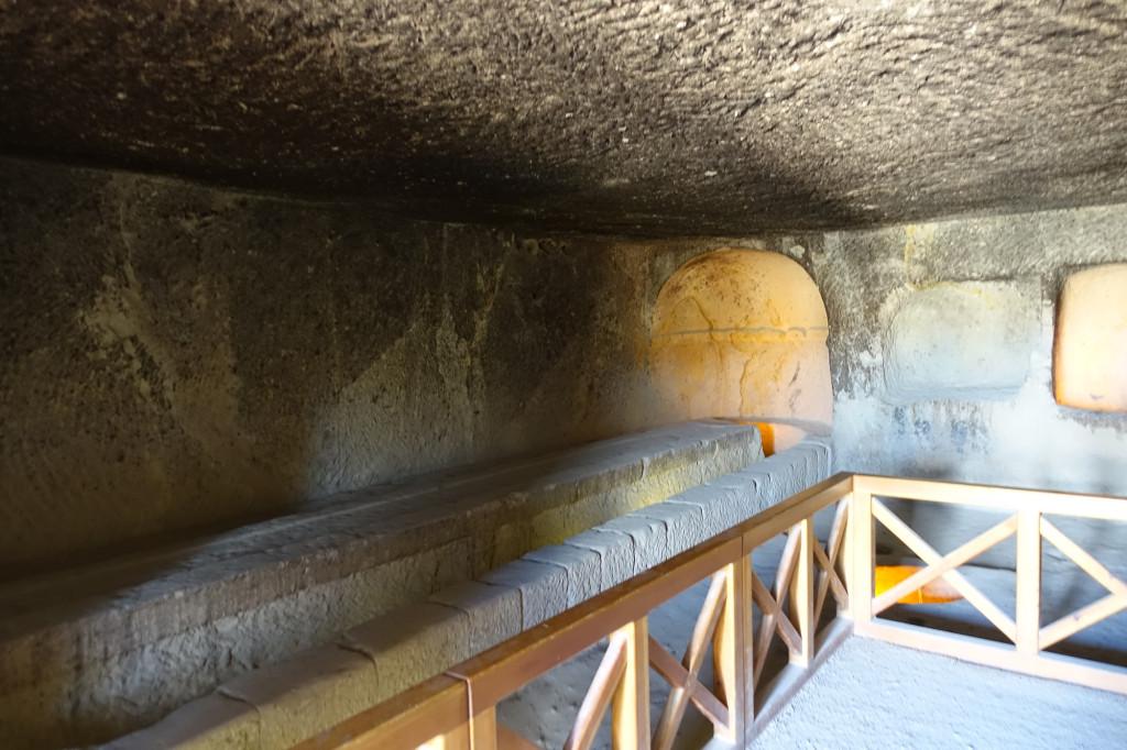 Göreme - Freilichtmuseum - ein Refektorium - auch der Tisch und die Bank sind aus dem Tuff gehauen