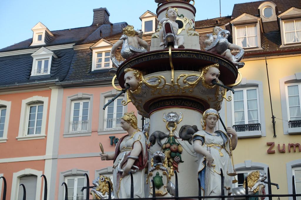 Hauptmarkt - Petrusbrunnen (Ausschnitt)