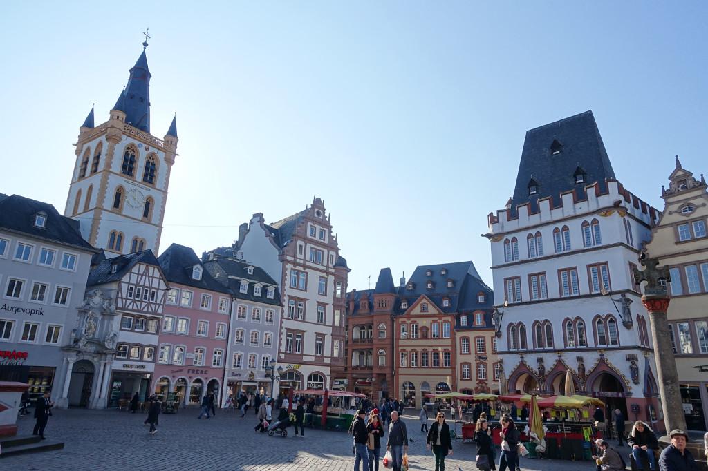 """Hauptmarkt - rechts das Haus """"Die Steipe"""" mit davor dem Marktkreuz, links der Turm von St. Gangolf"""