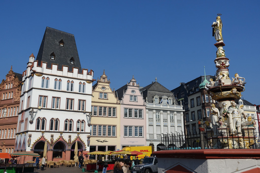 """Hauptmarkt - links die """"Steipe"""", rechts der Petrusbrunnen"""
