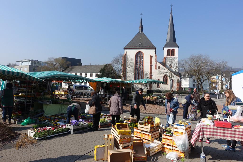 Markt auf dem Viehmarkt-Platz, im Hintergrund die Kirche St. Antonius
