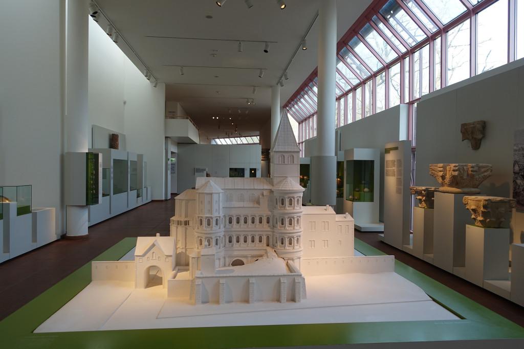 Porta Nigra mit aufgesetzter Kirche - Modell im Rheinischen Landesmuseum