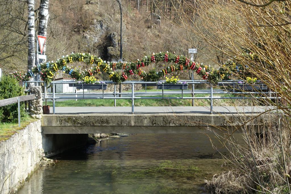 Aufseß - ein Osterbrauch aus der Fränkischen Schweiz - wo kein Brunnen, da wird eben die Brücke mit Ostereiern verziert