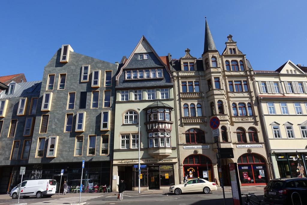 Querstraße - hier hat doch mal ein Architekt mit einem glücklichen Händchen die Baulücke gefüllt. Alt und Neu passen bestens zusammen.