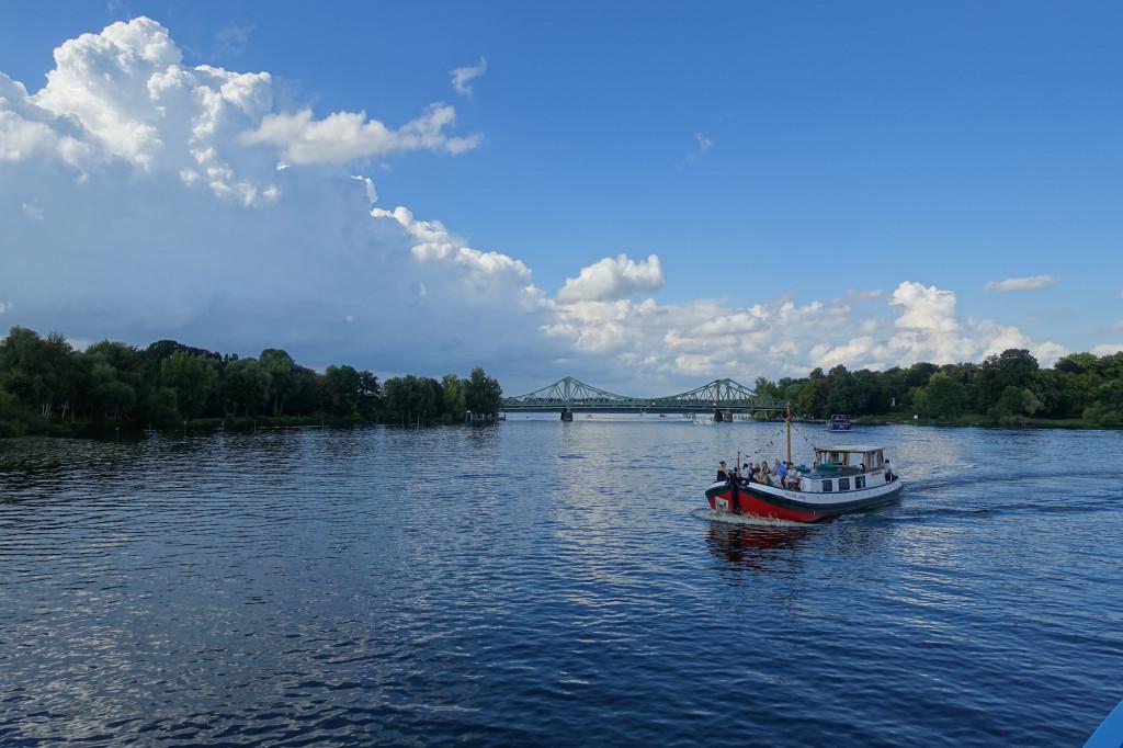 Unterwegs auf dem Wannsee - im Hintergrund die Glienicker Brücke