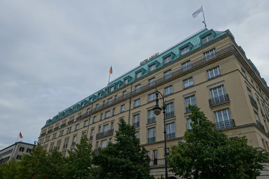 Hotel Adlon - ganz oben das dritte Fenster von links ist unseres