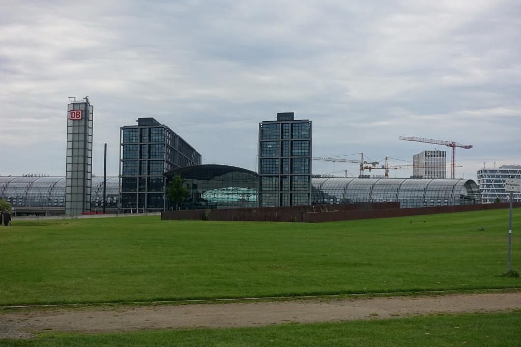 """Der neue Hauptbahnhof - sieht aus diese Perspektive aus wie """"auf der grünen Wiese errichtet"""""""