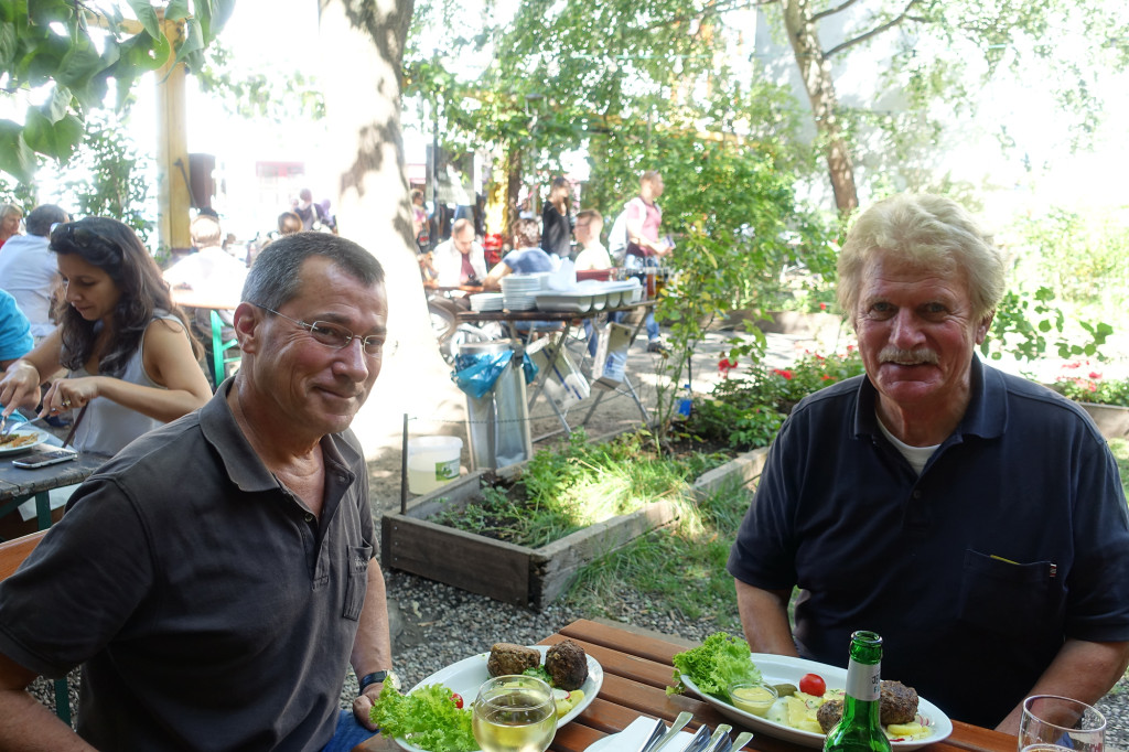 """Clärchens Ballhaus - Uli und ich essen """"Hausgemachte Buletten vom Schwanter Wasserbüffel"""" - Lecker!"""