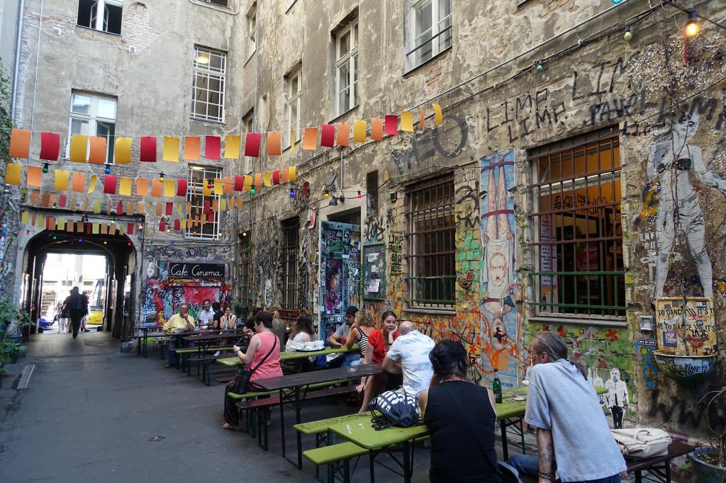 Café Cinema in einem Hinterhof neben den Hackeschen Höfen