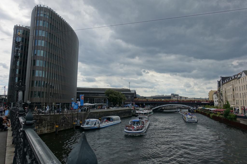 Blick auf den Bahnhof Friedrichstraße - viel Verkehr auf der Spree