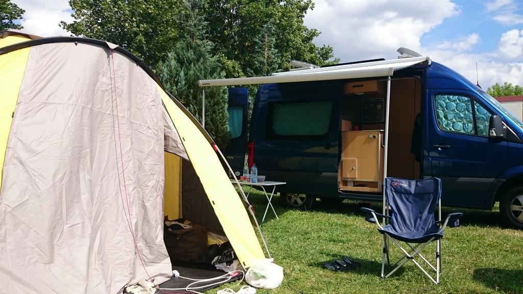 Treffen mit Zelt und Wohnmobil