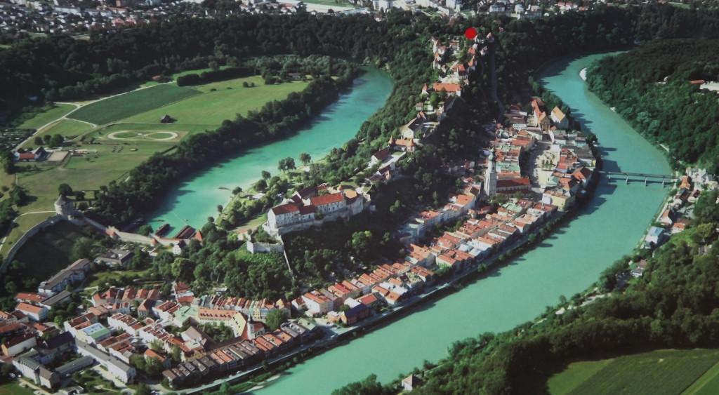 Burghausen - kurz hinter dem roten Punkt steht das Hotel Glöcklhofer