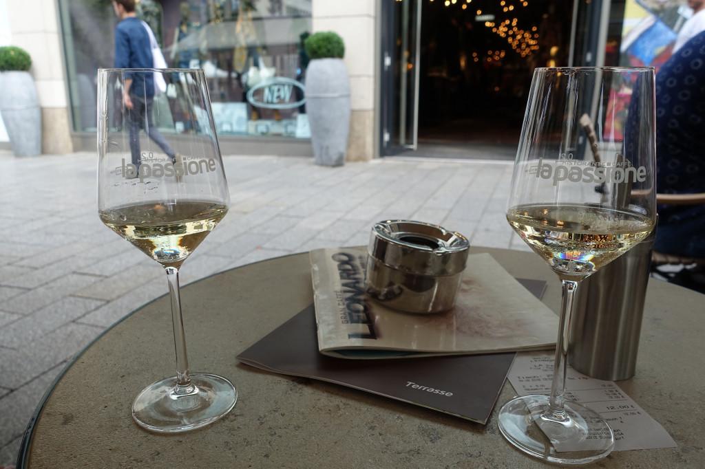 Düsseldorf - Königsallee - unser teuerster Weißwein seit Jahren: 0,1 für 6 Euro
