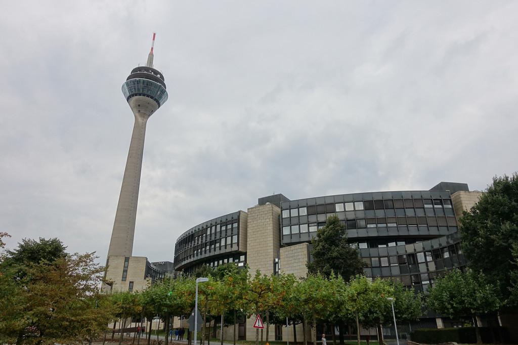 Düsseldorf - Rheinturm und das Landtagsgebäude