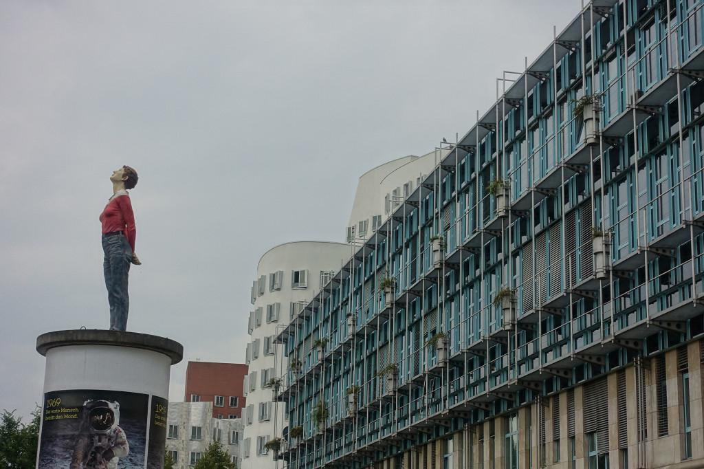 Düsseldorf - im Hintergrund die Gehry-Bauten