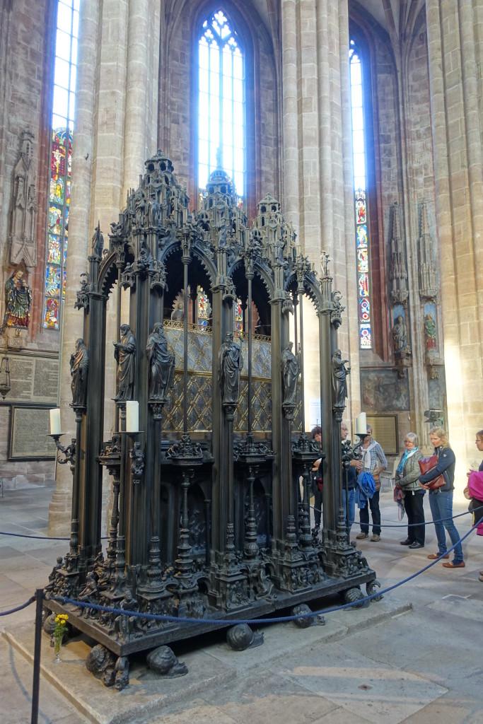 Sebalduskirche - das Sebaldusgrab, geschaffen von Peter Vischer