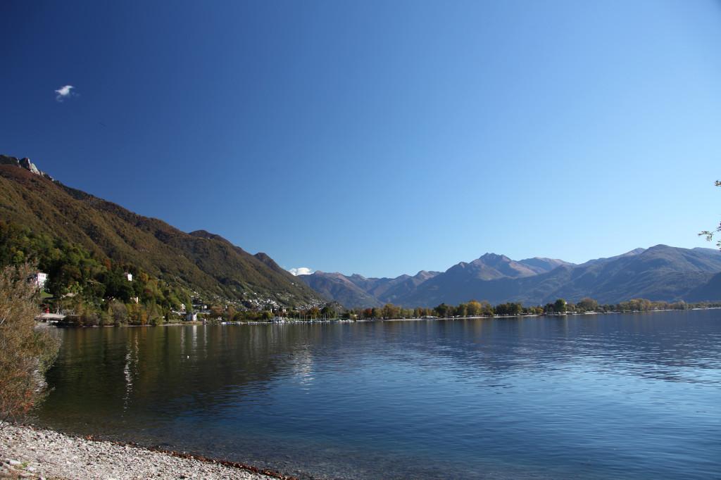 Blick auf die Nordküste des Lago Maggiore - dort im flachen Bereich der Magadino-Ebene befinden sich die Campingplätze
