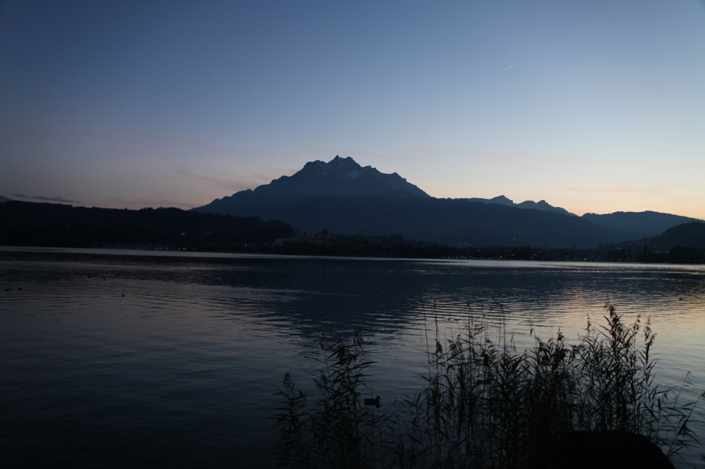 "Der Hausberg ""Pilatus"" ragt über dem See"
