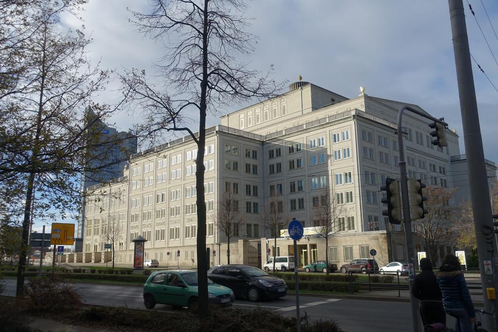 Opernhaus, im Hintergrund das City-Hochhaus